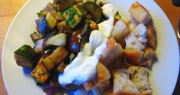 Arabische Gemüsepfanne mit Fladenbrot-Croutons