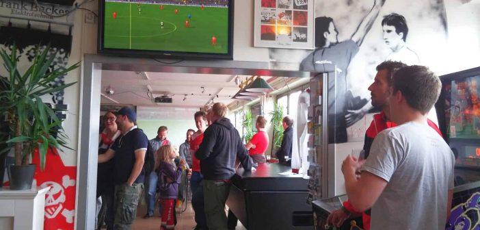 SV Verivox vs F95 0:2: Jens Langenecke schaut sich das Spiel in der Bar965 an