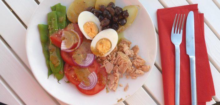 Nizza-Salat: Bohnen, Tomaten, Kartoffeln, Tunfisch und Ei