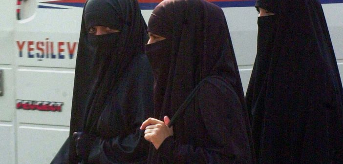 (Symbolbild) Voll verschleierte Damen in der Türkei