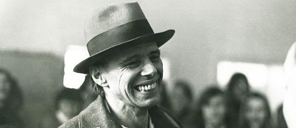 Joseph Beuys lacht