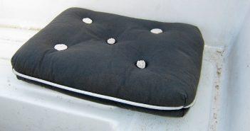 Wortmuseum: Kapok - Hier ein mit Kapok gefülltes Kissen auf einem Boot