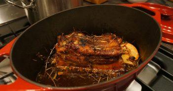 Langsamer Schweinebauch im Honigsud