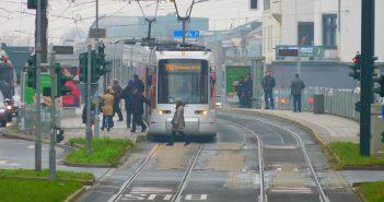 Die 712 am S-Bahnhof-Wehrhahn
