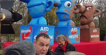 Tillys Mottowagen auf der Demo gegen Rechts am CCD