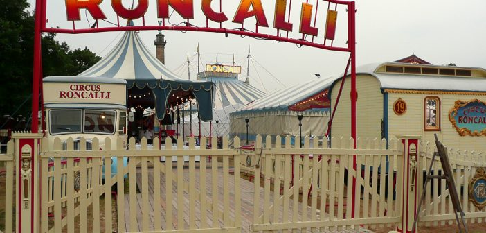 Das Tor zum Roncalli-Zelt (via Wikimedia)