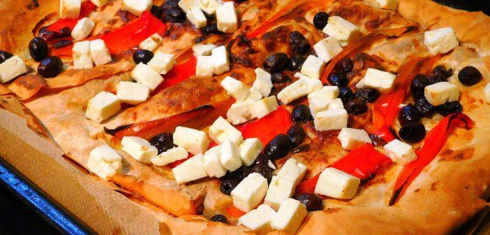 Griechisch-türkische Yufka-Pizza mit Paprika, Oliven und Schafskäse