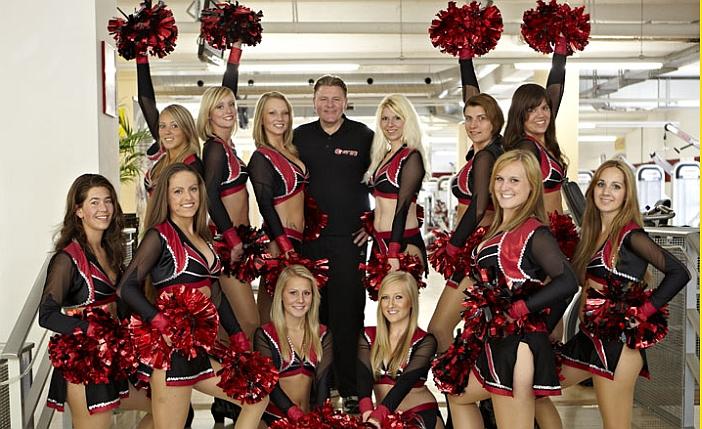 Walter Gawron im Kreise der Cheerleader, die hier trainieren