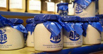 ABB-Mostert im Blauzeug-Töpfchen