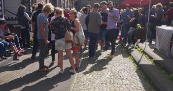 Acoustic Summer - Festivalpublikum im Sonnenschein
