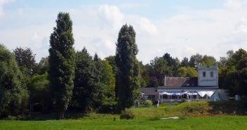 Blick aus der Urdenbacher Kämpe auf das Alte Fischerhaus (August 2008)