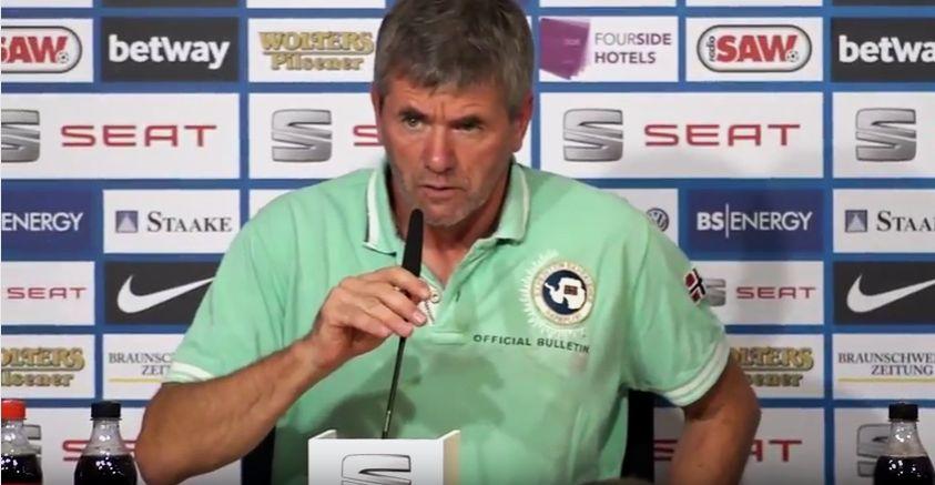 Frotuna-Trainer Friedhelm Funkel auf der PK in Braunschweig