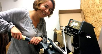 Marianne Putziger bei der prägenden Arbeit