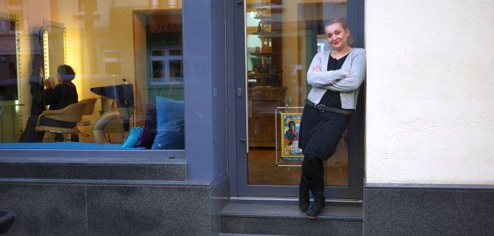 Sevil vor ihrem Salon an der Oberbilker Allee