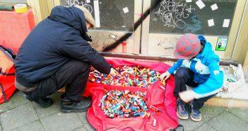 Cole Bloq und Sohn bei der Arbeit: Lego-Installation an der Tür vom ehemaligen Toom