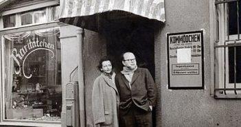 Die Lore und der Kay vor dem alten Kom(m)ödchen