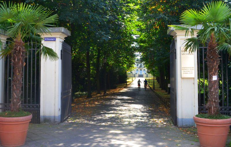 Der Eingang zum Park von Haus Mickeln