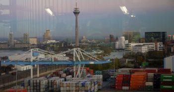 """Blick aus dem """"Stadtfenster"""" im Block Fortuna über die Stadt"""
