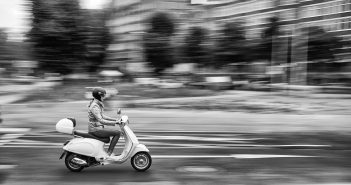 BdW47: Rollerfahrerin
