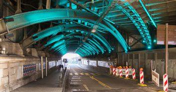 Schönes Fahren unterm Bahnhof (Foto: © Raimond Spekking / CC BY-SA 4.0 via Wikimedia Commons)