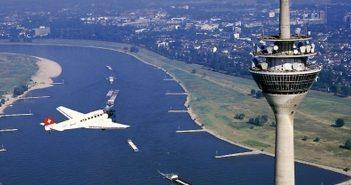 Die Ju-52 umkreist den Rheinturm (Foto: ju52rundflug.de)