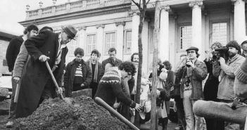 Joseph Beuys pflanzt die erste von 7.000 Eichen