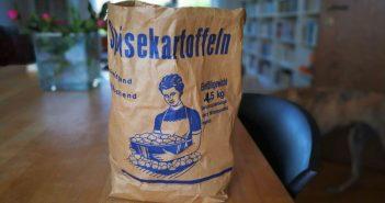 Schicke Tüte: Neue Kartoffeln von Pooth auf dem Wochenmarkt am Fürstenplatz
