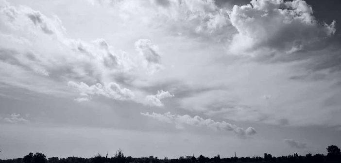 Dramawolken über dem Rhein