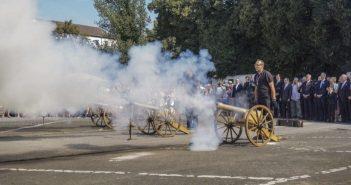 Mit Böllerschüssen wird das Schützenfest eröffnet