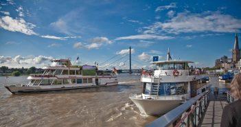 Gleich zwei Schiffe der Weissen Flotte auf dem Rhein vor der Altstadt