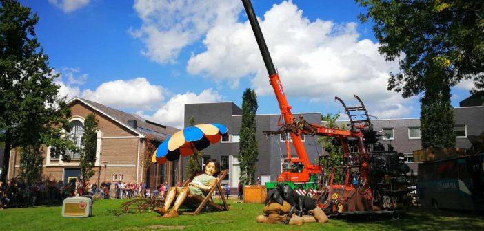 Die kleine Riesin macht Mittagspause - Royal de Luxe in Leeuwarden