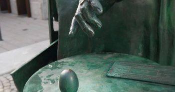 Die Ey und ihre Hand - Detail aus dem Johanna-Ey-Denkmal von Bert Gerresheim