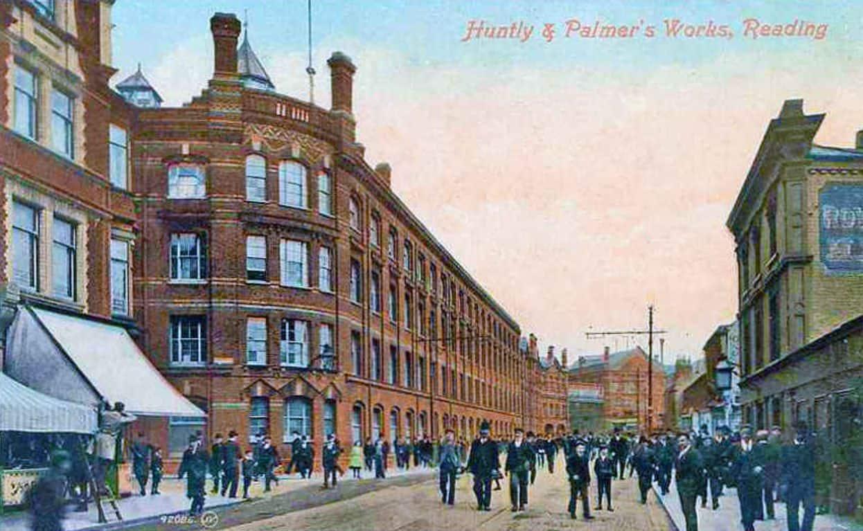 Die Keksfabrik Huntley & Palmers auf einer Postkarte von ca. 1900