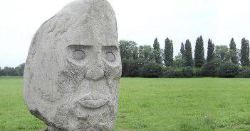 Anatols Beuys-Denkmal auf dem Büdericher Rheindeich