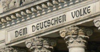 Die von Peter Behrens gestaltete Inschrift am Reichtagsgebäude (Foto: Wikimedia)