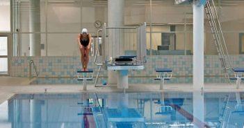 Springen und Bahnen ziehen im Schwimm' in Bilk