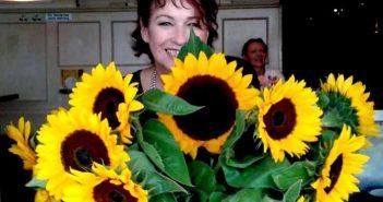 Die Bea und die Sonnenblumen (Foto: Café à GoGo)
