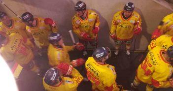 AEV vs DEG - Eishockeyspieler im Kabinengang, ratlos