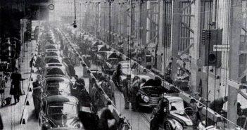 In einer Produktionshalle (Foto: Mercedes-Benz)