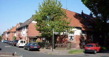 Die  denkmalgeschützte Meistersiedlung jenseits der Bahnlinie (Foto: via Wikimedia)