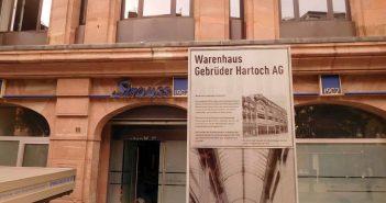 Diese Info-Stele erinnert an das Warenhaus Hartoch
