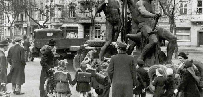1950: Die Statuen kehren zurück zum Fürstenplatz (Foto: Stadtarchiv Düsseldorf)