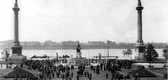 Der Industriebrunnen am alten Standort in seiner ganzen Pracht (Foto: Stadtarchiv)