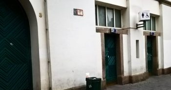Am Burgplatz: Kostenlose Toilette und Armenküche Tür an Tür
