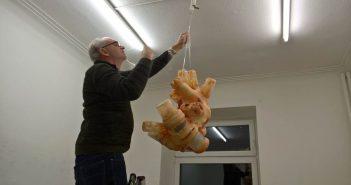 Produentengalerie plan.d: Jürgen Mester hängt das Fell auf
