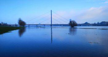 Blaue Brücke: Die Oberkasseler Brücke morgens bei Hochwasser