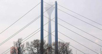 Kniebrücke und Rheinturm im Dunst