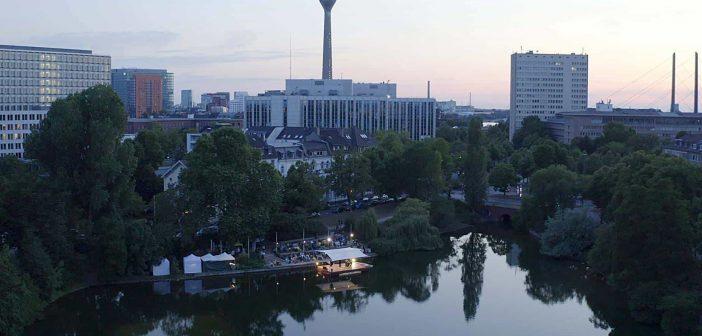 Was für eine Location! Die schwimmende Bühne auf dem Schwanenspiegel (Foto: asphalt festival)